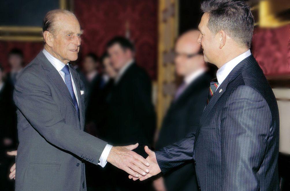 diplomats shaking hands