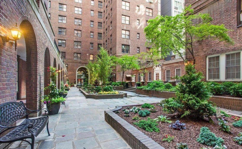 160 East 48th Street courtyard