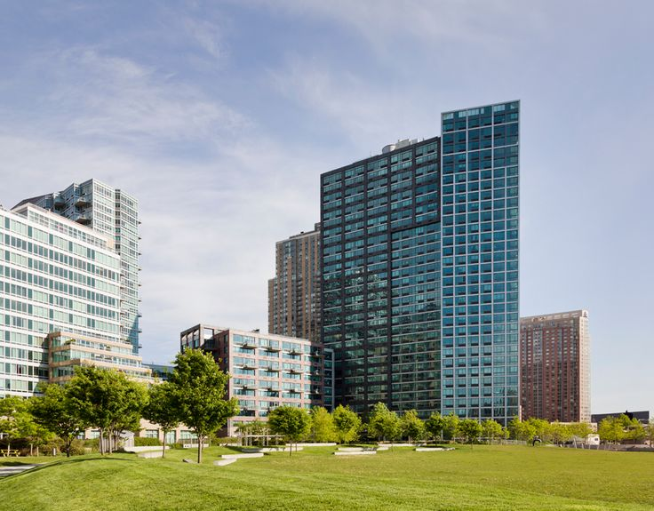 Built in 2006, the 32-story rental high rise at 4720 Center Boulevard has units available to rent. (Image via TF Cornerstone)